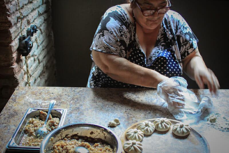 Manana Osapashvili making khinkali, photo by Justyna Mielnikiewicz