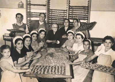 Historic photo of Estepa bakers with their mantecados, photo courtesy of IGP Mantecados de Estepa