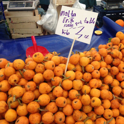 Loquats at Kadiköy Pazarı, photo by Roxanne Darrow